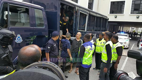 警方押送24黨黨徒上庭時,出動荷槍特警駐守。