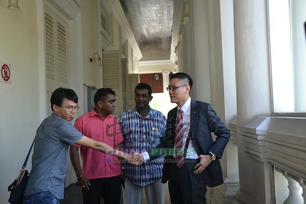 再里爾(右起)向現身法庭支持他的朋友。