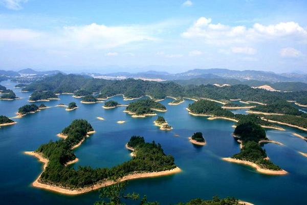 千島湖因為湖內擁有1078座翠島而被譽為世界上島嶼最多的湖。