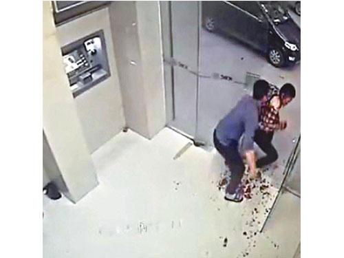 梁漢豹(左)刺殺市民劫財。