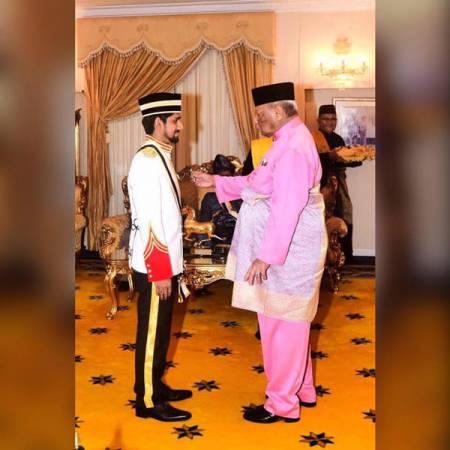 莫哈末賽夫20歲時獲彭亨蘇丹賜封拿督勳銜的照片。(圖取自Dato Muhammad Saiful面子書)