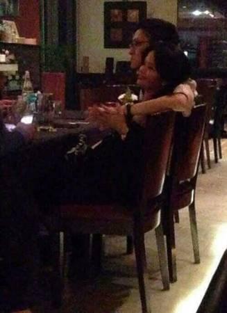 貌似再里爾的男子搭著女子的肩膀,十指緊扣。