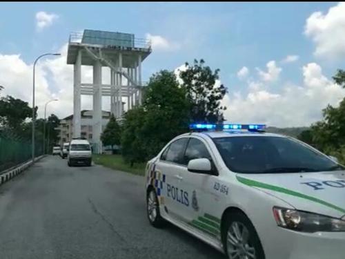 莫哈末諾與蘇麗雅夫婦的靈車在巡警開路下,從華玲警察總部出發。