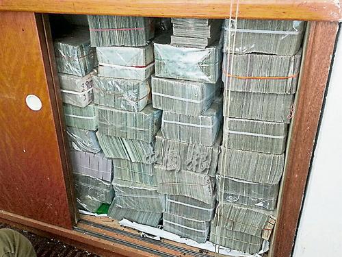 現鈔塞滿涉案人的辦公室櫥櫃。