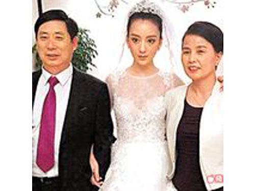 新娘方媛(中)和爸爸(左)、媽媽開心合照。