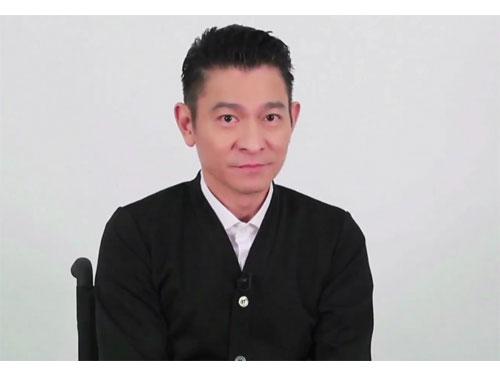 劉德華于預錄影片中坐著輪椅宣傳新片《拆彈專家》。