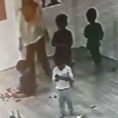 1名孩童被困在1間房間內,苦苦哀求仍不能離開該房間。(圖片截自視頻)