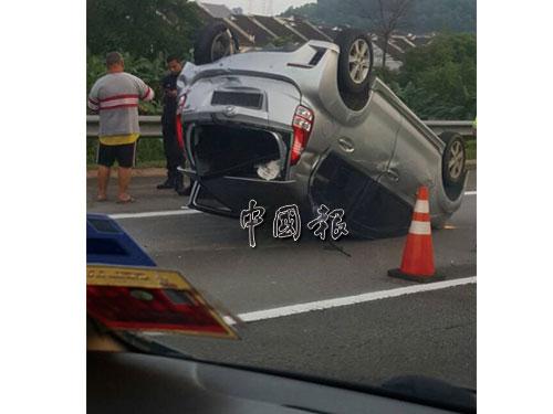 布隆高速公路(MEX)由史里肯邦安往吉隆坡方向發生轎車翻覆事件,以致交通大癱瘓。