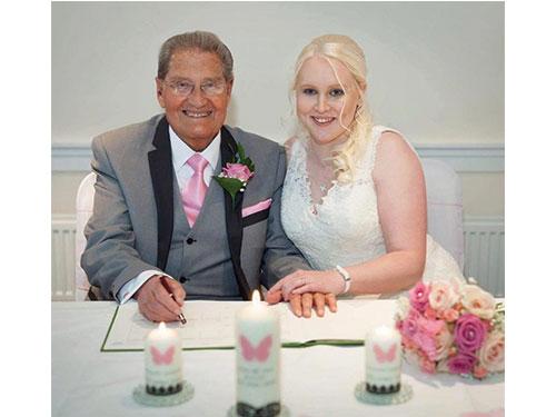 巴頓上周末迎娶26歲女影迷菲利普斯。