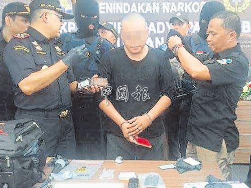 嫌犯(中)甫下飛機,就被印尼當地執法人員逮捕。