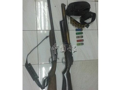 警方從嫌犯屋內起獲的兩支土製獵槍及5枚子彈。