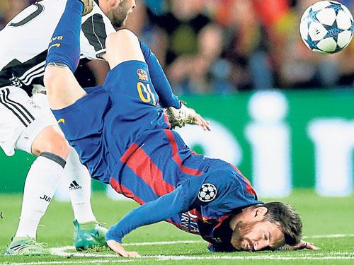 巴塞羅那球星梅西在爭搶頭球后失去平衡,重重摔倒在地上,由此可見他為了助隊晉級渾身解數。(美聯社)