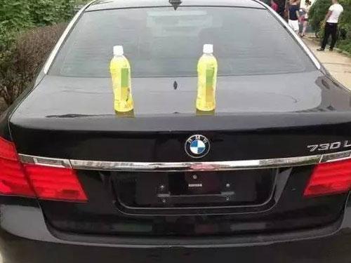 豪車車頂上放飲料,原來當中有玄機。(圖/互聯網)