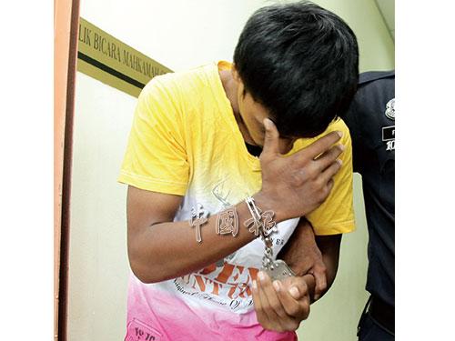 被告被押離法庭時,低頭迴避鏡頭。