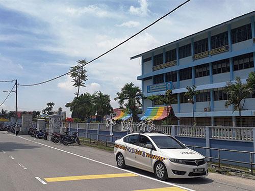 警方在校外駐守,避免這些私會黨成員再前往滋事。