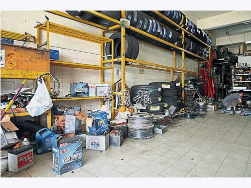 竊賊把店裡數十個汽車電箱搬空,現場所剩無幾。