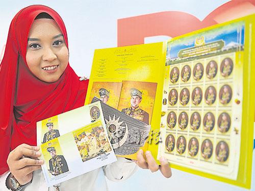 """郵政公司職員展示""""金碧輝煌""""的全套版""""拉惹是國家統治者""""紀念郵票系列。"""