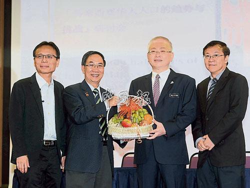 蔡賢德(左2起)贈送水果禮籃給魏家祥,左起為李仕偉及何國忠。
