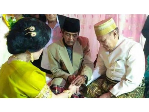 宗教司在結婚儀式上,為新娘戴上戒指,完成婚禮。