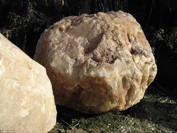 浴缸的原石來自於亞馬遜叢林,這些沒有打造過的石頭重1000公斤,從南美洲運到西亞。