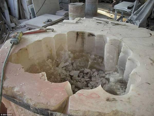 圖為製作中的水晶浴缸。