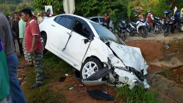 本田轎車與死者的國產邁威迎面猛撞後車頭嚴重損壞,司機重傷送院。