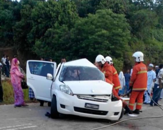 消拯員動用工具將轎車車門撬開後將2名死者遺體移出。