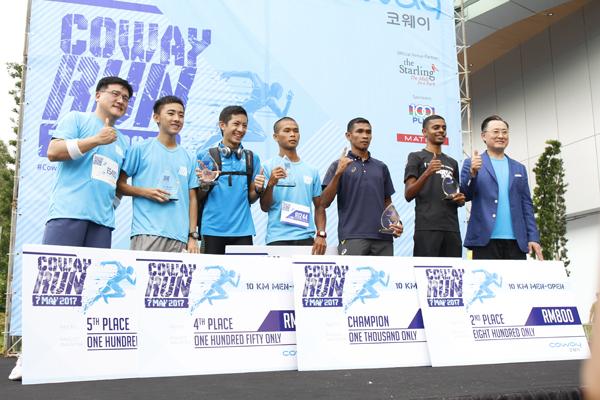 Coway總執行長Harri Lee(右)及Coway馬來西亞董事經理Kyle Choi (左)頒獎予Coway Run 10KM男子公開賽得獎者。