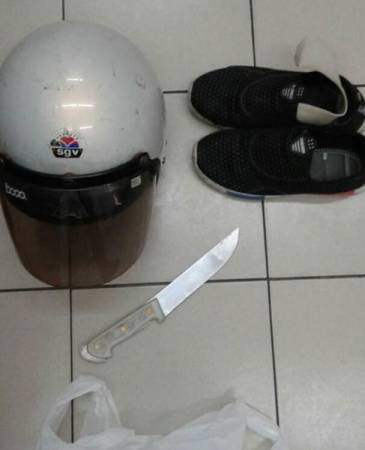 匪徒落下頭盔、鞋子及刀逃跑。