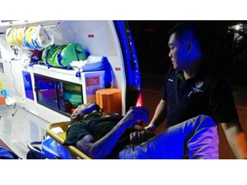 涉嫌欲強姦弱智女童的嫌犯,遭村民打至重傷後,被警員抬上救護車送醫。