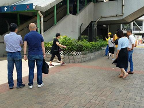 探员到案发现场搜证。图:香港《巴士的报》