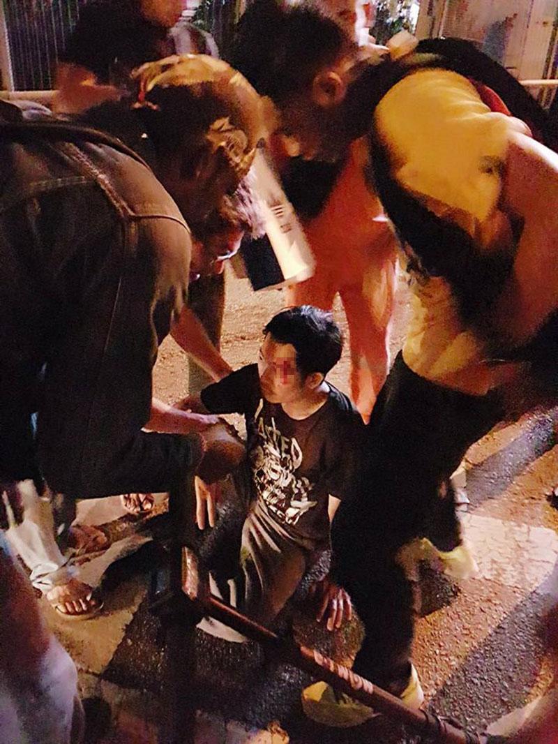 电动踏板车使用者坐在道路上,额头有血。(取自面子书)