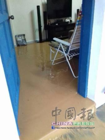 夾帶著黃泥的雨水沖入住家,以致住家內外皆布滿厚厚的泥濘。