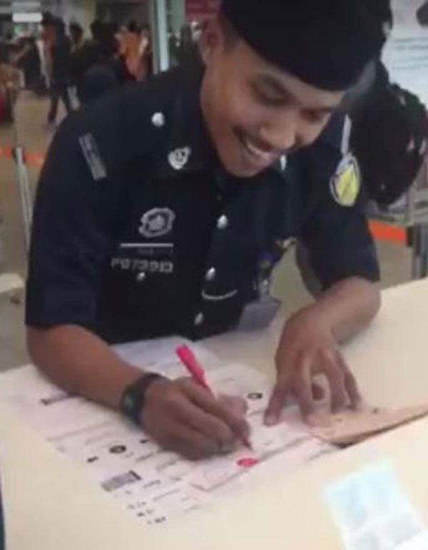 就連警員接過有關大型登機證后,也笑了出來。