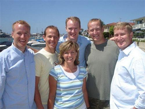 布萊克1家6名孩子的合照。