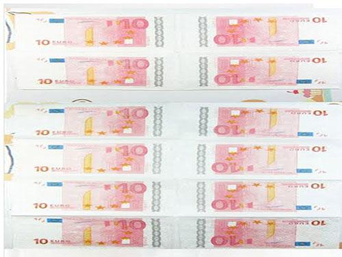 警方憑類似印上10英鎊鈔票圖案的紙巾,確認案發位置。