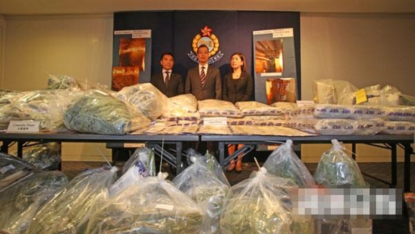 警員帶回大批大麻葉。