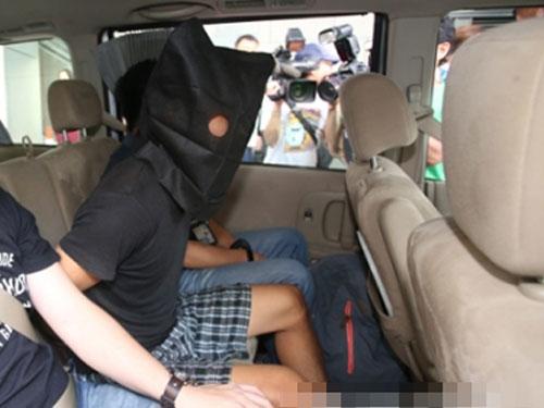 被捕的越南父子押上警車。