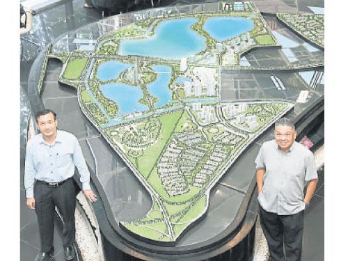 周志發(左)和張浩坤瀏覽金務大市模型。