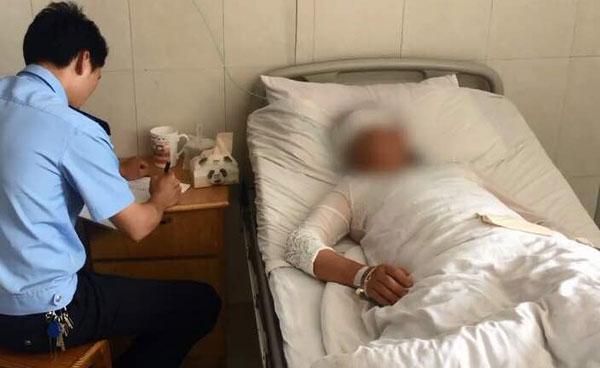 """遭""""小三""""以高跟鞋打破头的""""小四"""",事後被緊急送院治療。"""