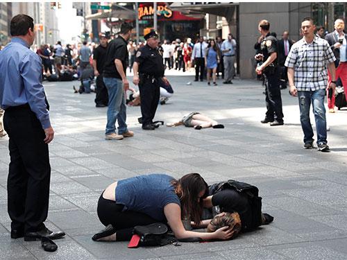 傷者躺在地上等待救援。(路透社)