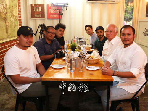 納吉(右2)週三下午在咖啡館,與網紅及網友會面。