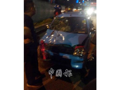 除了死者與丈夫共騎的摩哆之外,涉及車禍的還包括一輛藍色轎車。