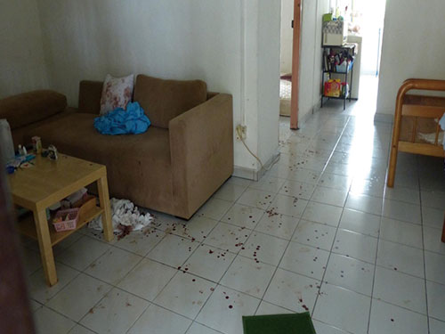 單位地板留血路,睡房床褥上的一大灘血跡還清楚可見。