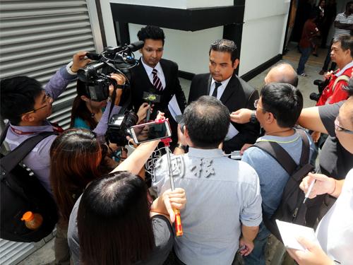 G.克裡斯南(面向鏡頭左起)和莫哈末蘇基裡接受媒體的訪問。