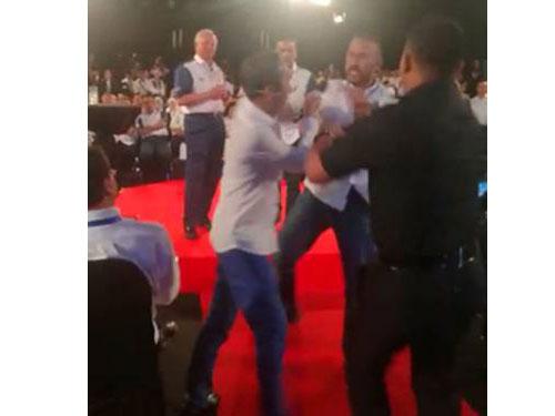 蘇萊曼耶欣(右)疑不滿電影與電視劇製作人張秋發(左)言論,當著納吉的面,刮了張秋發一巴掌。