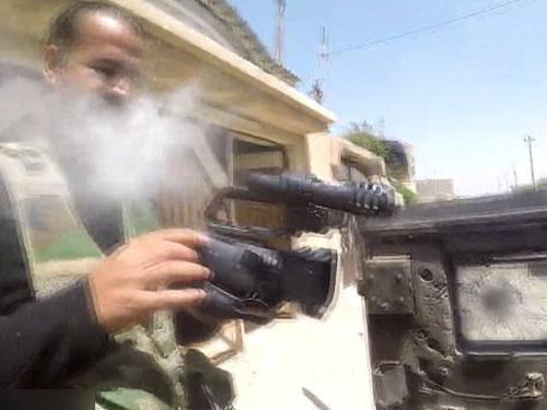 阿爾威利掛在胸前的GoPro攝影機遭到IS狙擊手襲擊,幸運保住性命。