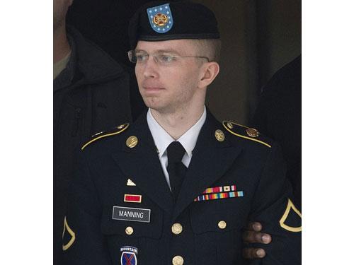 曼寧變性前的軍裝照。