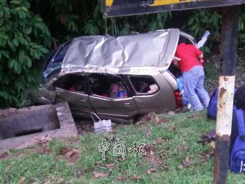 豐田Avanza休旅車的輪胎爆裂後,失控撞入溝渠。(圖取自面子書)