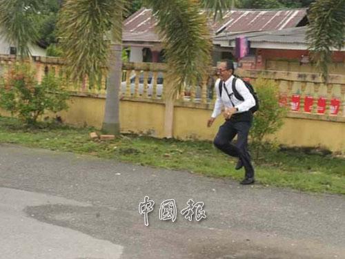 原來不只3名學生上學遲到,還有一位手腳慢。